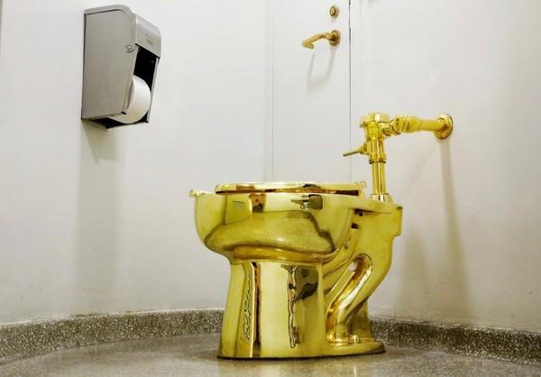 Toilet emas bernama America ini terbuat dari emas 18 karat, yang merupakan karya dari seniman berdarah Italia bernama Maurizio Catellan (Reuters)