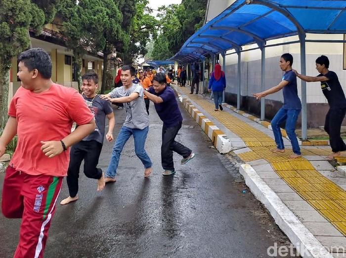 Simulasi bencana gempa digelar di Panti Sosial Bina Netra (PSBN) Wyata Guna, Kota Bandung. Para siswa tampak panik karena tidak diberi tahu mengenai simulasi itu.