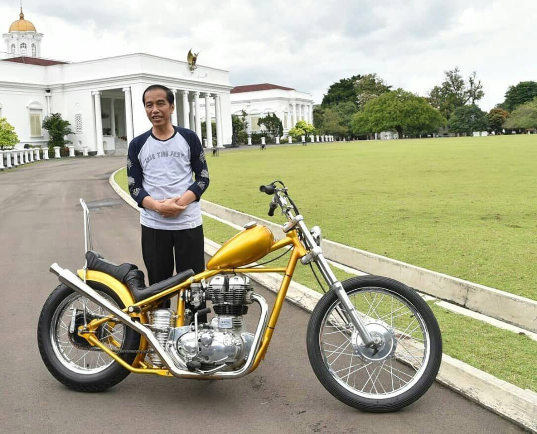 Presiden Jokowi mengaku ingin menjajal motor Chopperland berkelir emas miliknya di lintasan jalan Trans Papua. Simak foto-foto Jalan Trans Papua terkini berikut!