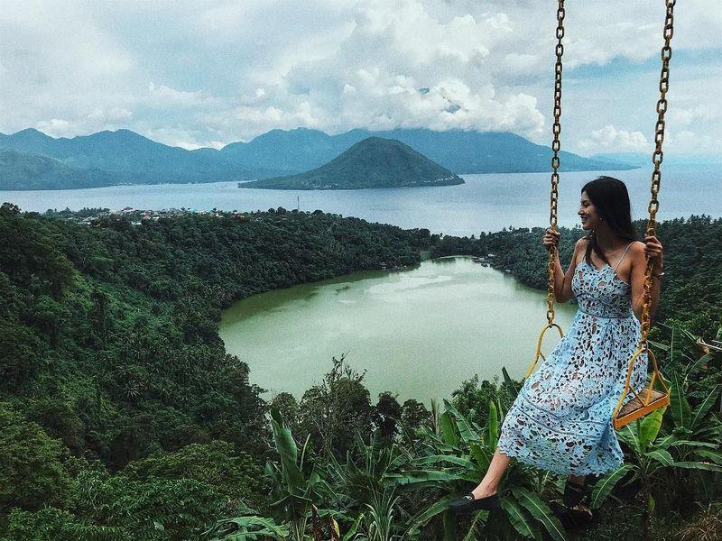 Perkenalkan, ini Atries Angel, pacar barunya Chef Juna. Gadis asal Bandung ini rupanya gemar traveling keliling Indonesia lho. Ini saat dia main ayunan di Danau Laguna, Ternate. (Instagram/Atries Angel)