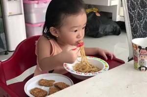 Ini 8 Bukti Gemasnya Para Anak Selebriti Saat Sedang Menikmati Makanan!