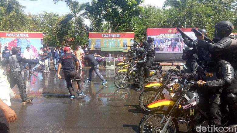 Polisi Gelar Simulasi Ricuh Pilkada di Makassar