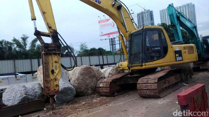 Berdasarkan pantauan detikFinance, Sabtu (27/1/2018) pukul 08.30 WIB pembangunan jalan Tol Jakarta-Cikampek terlihat disibukan oleh para pekerja. Pasalnya tol tersebut ditargetkan selesai pada Maret 2019.