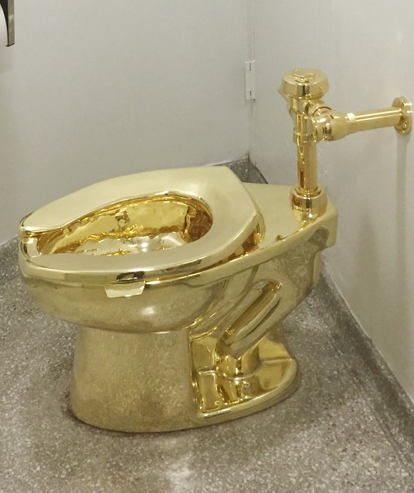 Melalui toilet ini, Catellan seakan ingin menyindir keserakahan manusia, yang ingin bermewah-mewah dalam segala aspek kehidupan, termasuk dalam urusan buang air sekalipun (AFP)