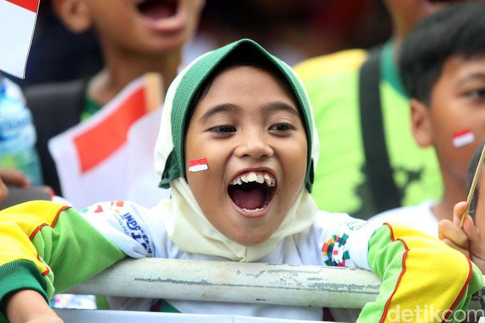 Mereka tampak ceria dan antusias melepas rombongan pebalap sepeda Internasional di ajang Tour de Indonesia yang akan menempuh rute terpanjang menuju Banyuwangi.