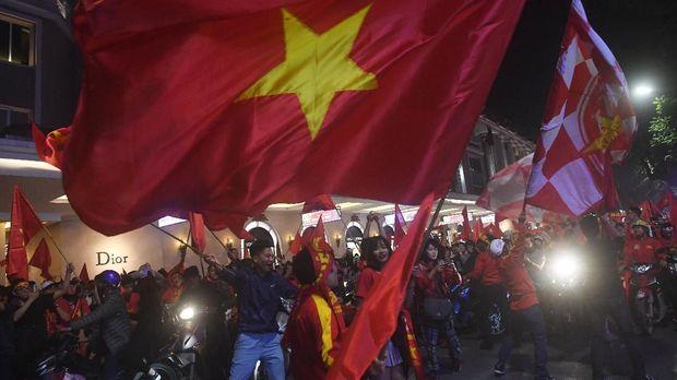 Para pendukung Timnas Vietnam U-23 mendukung perjuangan tim mereka di Vietnam. (