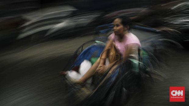 Becak melintas di kawasan Tanah Merah, Jakarta, beberapa waktu lalu.