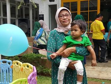 Nenek ikut datang meramaikan pesta ulang tahun cucunya. Aih si kecil bawa balon HaiBunda tuh.