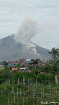 Aktivitas Gunung Sinabung pada 27 Januari 2018.