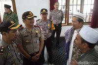 Polisi mendatangi tempat kejadian penganiayaan KH Umar Basri.