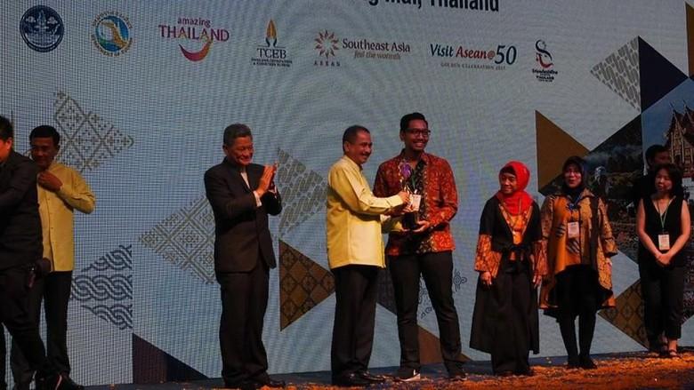 Menpar Arief Yahya menerima penghargaan di ajang Asean Tourism Forum 2018  (dok Kemenpar)