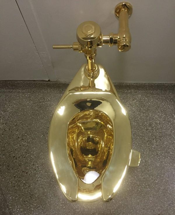 Bukan sekadar instalasi seni, toilet emas yang pernah dipajang dalam pameran museum selama sekitar 1 tahun ini juga berfungsi layaknya toilet kebanyakan, bisa digunakan untuk buang air (William Edwards/AFP)