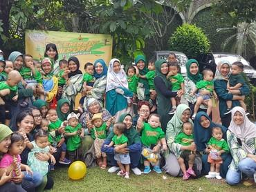 Ini dia para ibu dan anak yang kompak pakai baju hijau di perayaan ulang tahun pertama anak-anak Birth Club Desember 2016. Selamat ulang tahun ya, Nak...