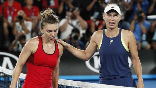 Caroline Wozniacki (kanan) sukses mengalahkan Simona Halep di final Australia Terbuka 2018. (