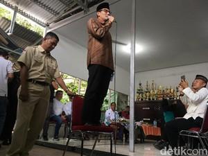 Sapa Warga Kalisari, Sandiaga Berpantun hingga Pidato di Atas Kursi