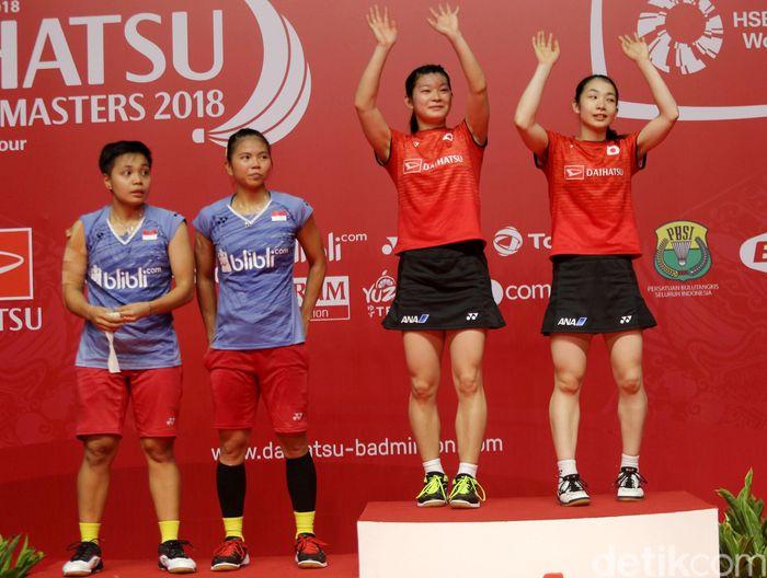 Misaki Matsutomo/Ayaka Takahashi naik ke podium sebagai juara. Sementara Greysia/Apriyani menjadi runner up.