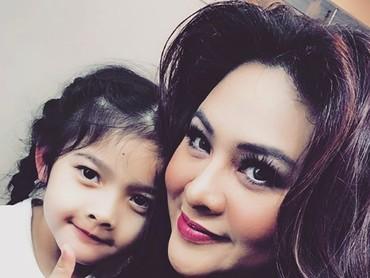 Atreya bersama Bunda Audy. Sama-sama cantik. Setuju, Bun? (Foto: Instagram/ @audyitem)