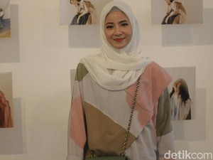 Hijab Scarf Motif Ini Jadi Favorit Natasha Rizky