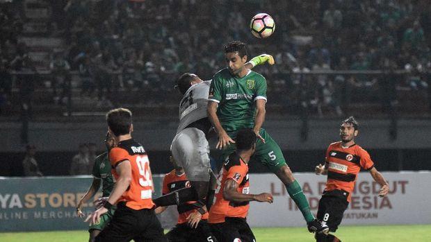 Lini belakang Persebaya melakukan kesalahan yang beujung gol untuk Arema.