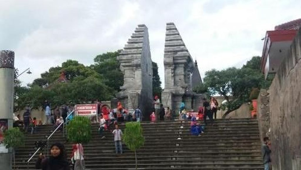 Wisata Sejarah ke Makam Singa Podium