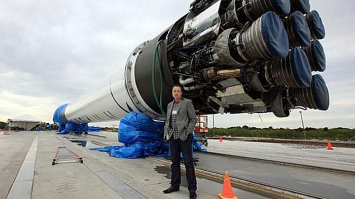 Foto: Elon Musk memamerkan Hyperloop yang hampir rampung