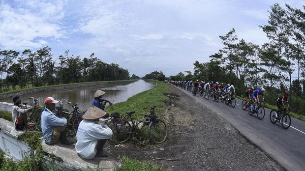 Para pebalap memacu kencang sepedanya dalam ajang Tour de Indonesia 2018.