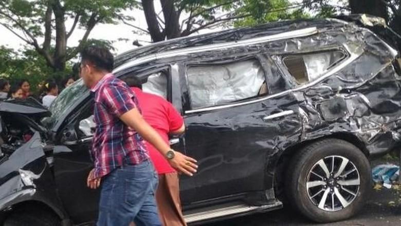 Foto: Sebuah mobil mengalami kecalakaan tunggal di Tol Tangerang-Merak KM 97 dan rusak parah. (Istimewa)
