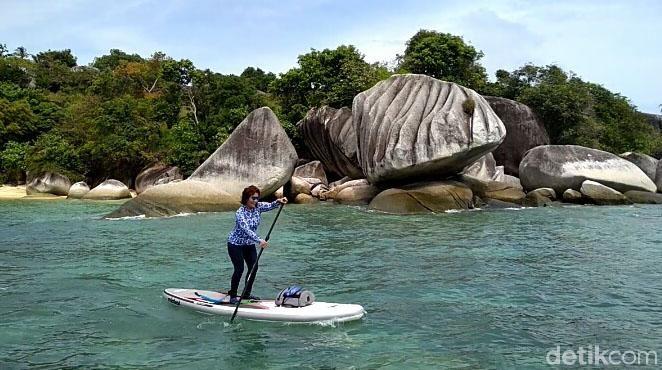 Menteri Kelautan dan Perikanan Susi Pudjiastuti mengisi akhir pekannya dengan bermain paddling board di Pantai Batu Sindu, Natuna, Provinsi Kepualauan Riau.