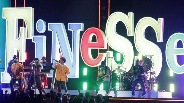 Bruno Mars menampilkan 'Finesse' di panggung Grammy.