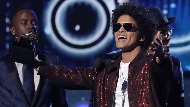 Bruno Mars menyapu bersih piala utama Grammy Awards 2018.