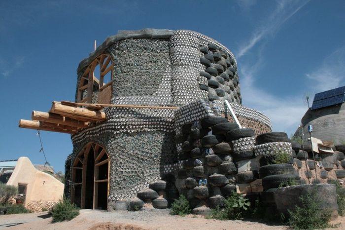 100% rumah ini terbuat dari ban bekas dan bahan daur ulang lain seperti botol dan kayu bekas. Istimewa/buzzbuzhome.