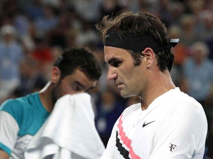 Federer berhadapan dengan petenis Kroasia, Marin Cilic, di pertandingan final Australia terbuka 2018. Federer memenangi pertarungan lima set: 6-2, 6-7(5), 6-3, 3-6, dan 6-1. (Foto: Edgar Su/Reuters)