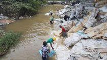 Foto: Melihat Buruh Pencuci Karung Industri di Serang