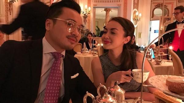 Tak lengkap kalau ke Inggris tanpa minum teh, pasangan Rianti dan Cas Alfonso juga asyik minum teh berdua. Romantis dan bikin traveler iri nih, Rianti! (Instagram/Rianti Cartwright)