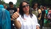 Meski hujan, wanita-wanita ini juga tak gentar dan tetap mantap beraksi di depan kantor Kementerian Perhubungan.