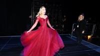 Miley Cyrus tampak sangat menyukai dress merahnya itu. Christopher Polk/Getty Images for NARAS.
