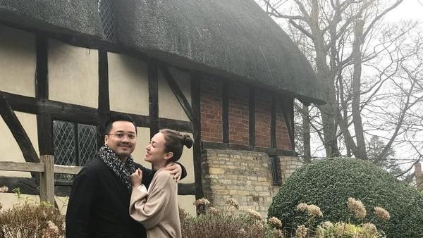 Cas dan Rianti juga terlihat mesra di depan sebuah rumah. Mereka memilih untuk menginap di area pedesaan Inggris yang tenang. (Instagram/Rianti Cartwright)
