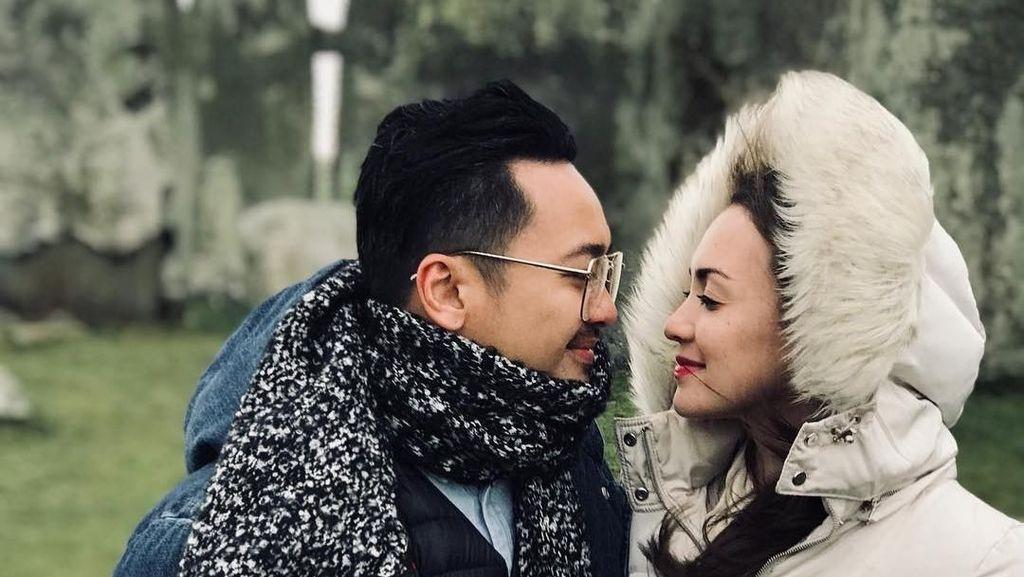Foto: Couple Goals! Liburan Romantis Rianti & Suami di Inggris