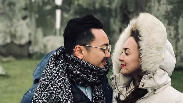 Mereka terlihat serasi berfoto di depan Stonehenge. Rianti dan Cas Alfonso menikah pada 2010 lalu. (Instagram/Rianti Cartwright)