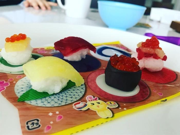 Sstt.., ini bukan sushi sungguhan. Sushi ini rasanya pasti manis! Karena ini permen alias popping cooking candy bentuk sushi yang diunggah akun instagram @monikanaumiuk. Foto: Istimewa