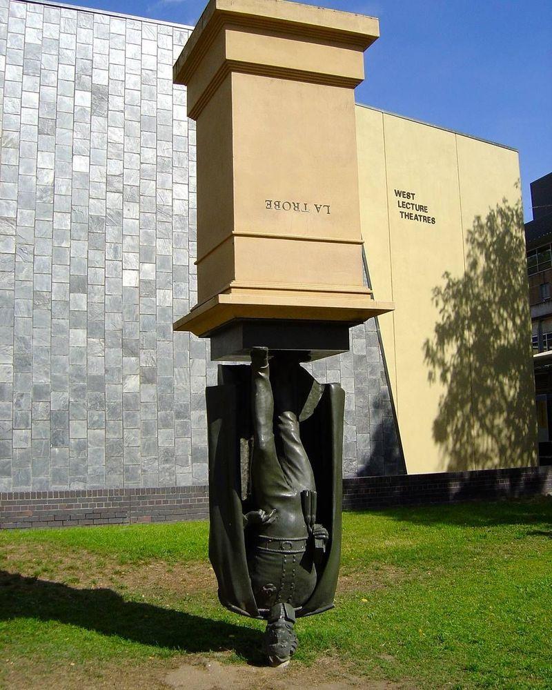 Patung Charles La Trobe ini berada di La Trobe University di Bundoora, Melbourne. La Trobe membangun Museum Victoria, Perpustakaan Negara, Royal Botanic Gardens dan Universitas Melbourne (lpagenciacreativa/Instagram)