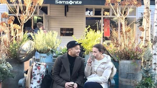Liburan ke Inggris juga dimanfaatkan pasangan harmonis ini untuk shopping. Tampak mereka berdua dengan banyak kantong belanjaan. (Instagram/Rianti Cartwright)