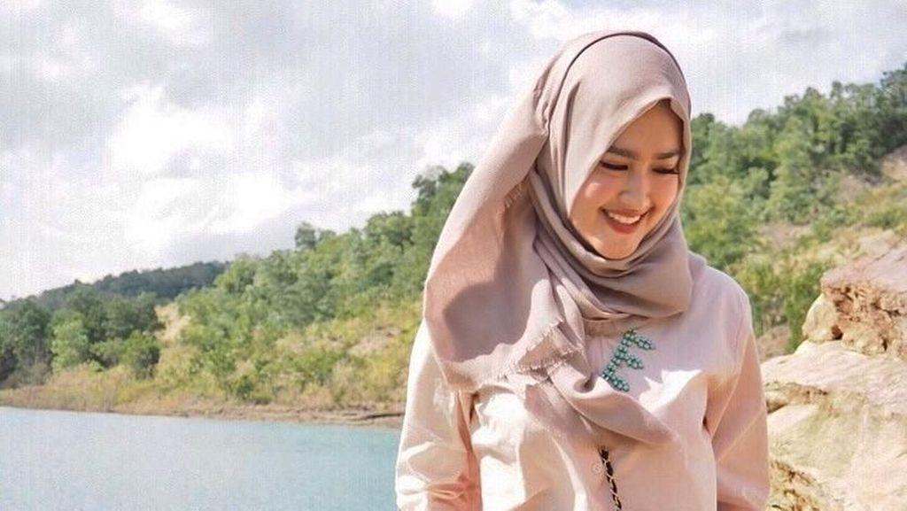 Foto: Gaya Traveling Pramugari Calon Istri Tommy Kurniawan