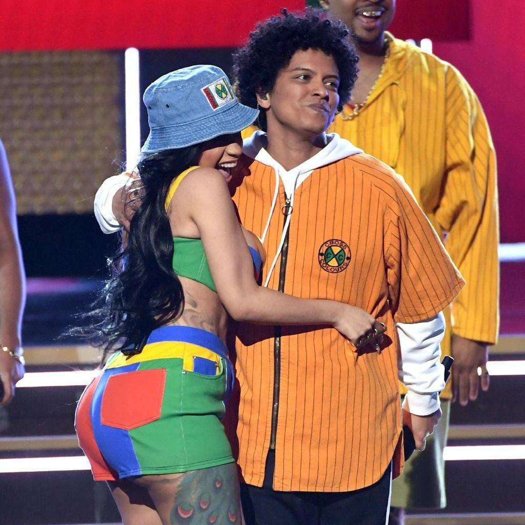 Kembali ke Instagram, Cardi B Umumkan Duet dengan Bruno Mars