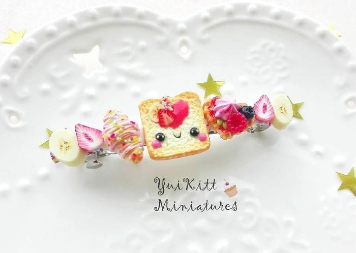 Jepit rambut ini gemesin banget. Ada croissant, waffle, buah, dan ada roti yang tersenyum! Foto: instagramyuikittminiatures