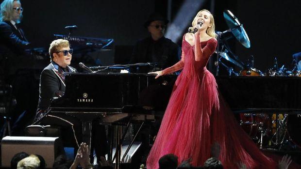 Kolaborasi Elton John dan Miley Cyrus di panggung Grammy.