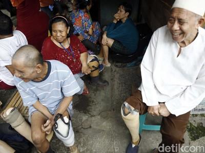 Foto: Bahagianya Mantan Pasien Kusta Berkaki Palsu