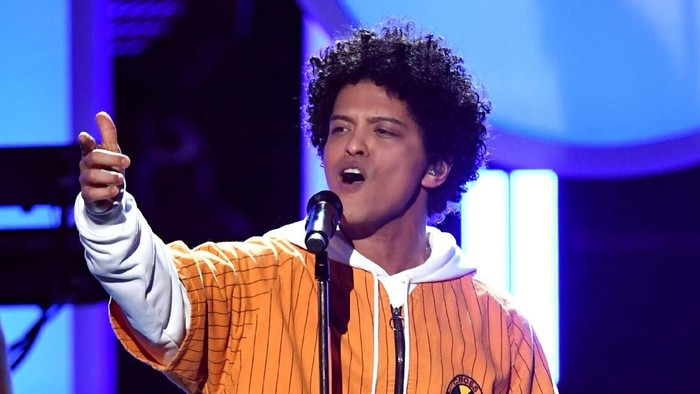 NEW YORK, NY - JANUARY 28:  Recording artists Cardi B (L) and Bruno Mars perform onstage during the 60th Annual GRAMMY Awards at Madison Square Garden on January 28, 2018 in New York City.  (Photo by Kevin Winter/Getty Images for NARAS)