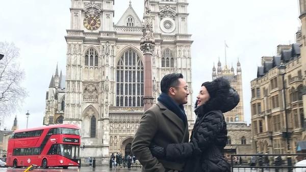 Di Inggris, mereka berkunjung ke beberapa destinasi. Kemesraan pasangan yang menikah 7 tahun silam ini terlihat saat berfoto di depan Gereja Westminster Abbey. (Instagram/Rianti Cartwright)