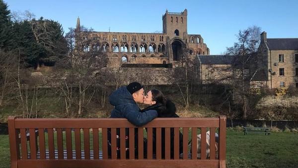 Rianti dan Cas Alfonso mengumbar ciuman manis di depan Jedburgh Abbey. Duh, romantisnya... (Instagram/Rianti Cartwright)